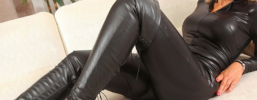 Glanzend zwarte wetlook kleding en lingerie van het